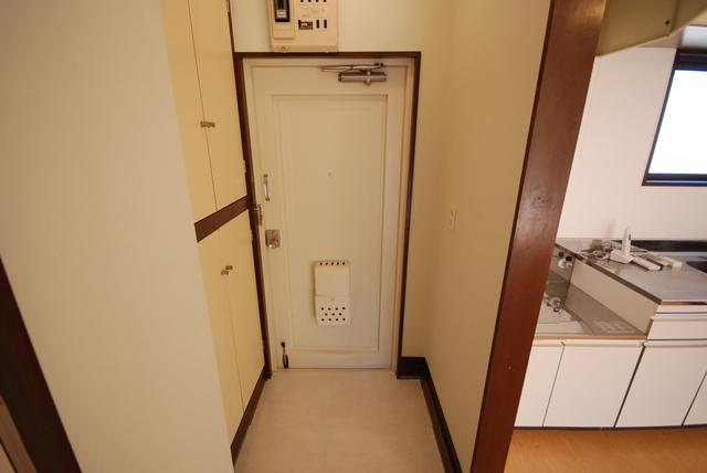 ビーハイブ 302号室の玄関