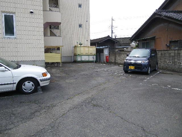 アイカワハイツ A-2号室の駐車場