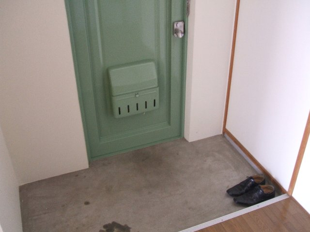コーポ志字 302号室の玄関