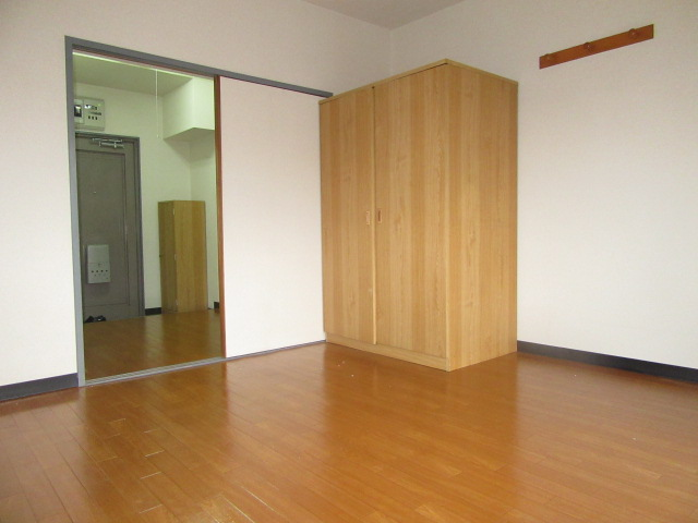 ブルースカイ 205号室のリビング