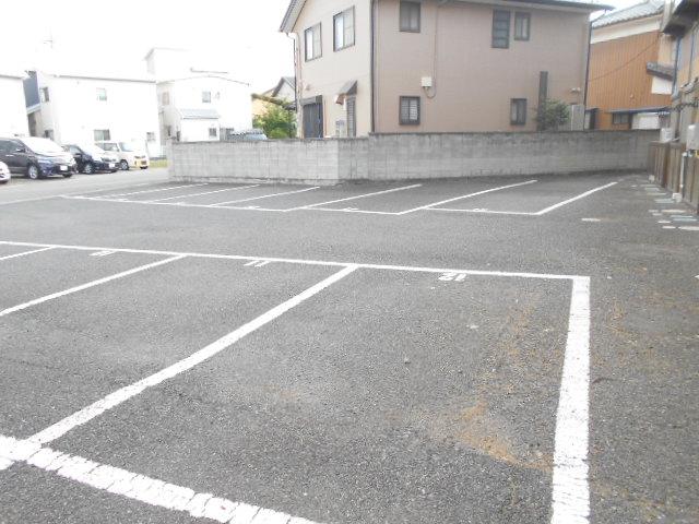 コ・クーン8連取 104号室の駐車場