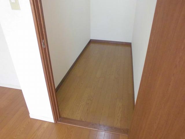 クリスタル童夢 202号室の収納