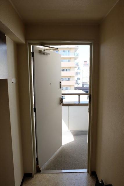 安武マンション駅東 501号室の玄関