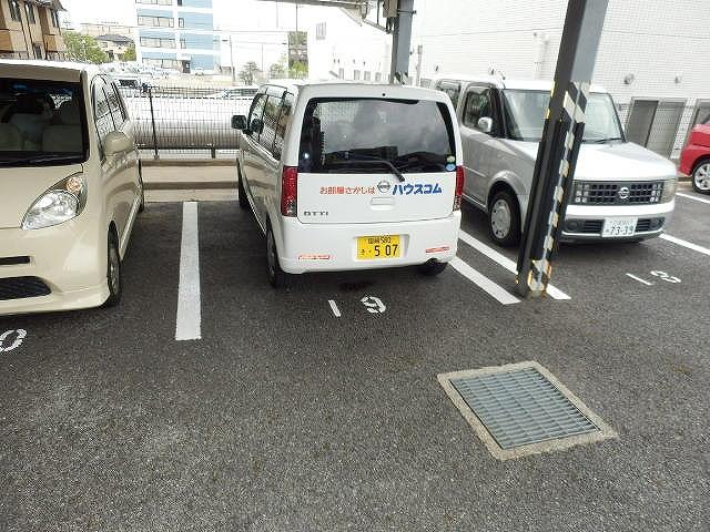 ネオシティ岡崎参番館 318号室の駐車場