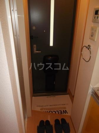 クレセントD 203号室の玄関