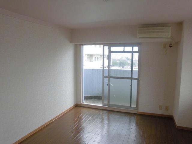 ガーデンハイツ港陽 602号室のリビング