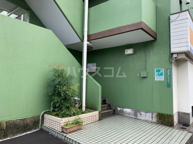 山嵜ビル 401号室のエントランス