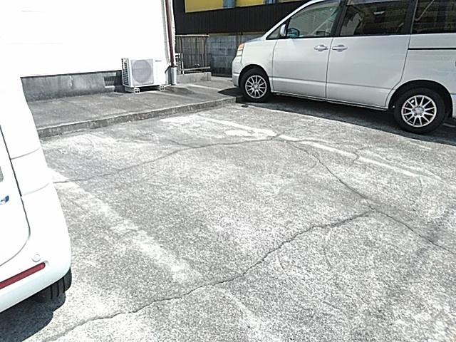 ジョイフル足立 202号室の駐車場