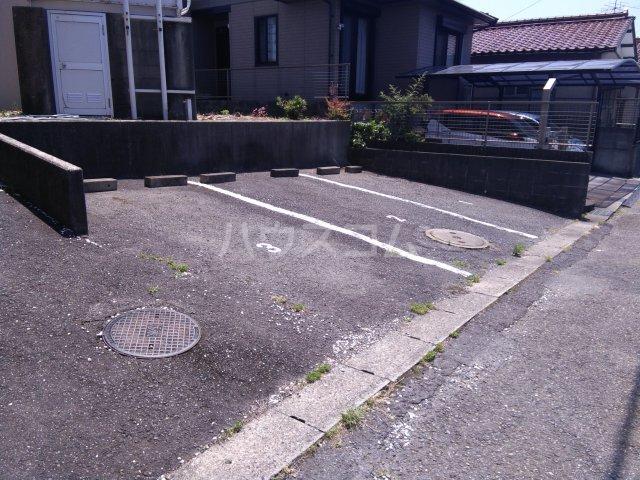 ガウディ割塚 153号室の駐車場