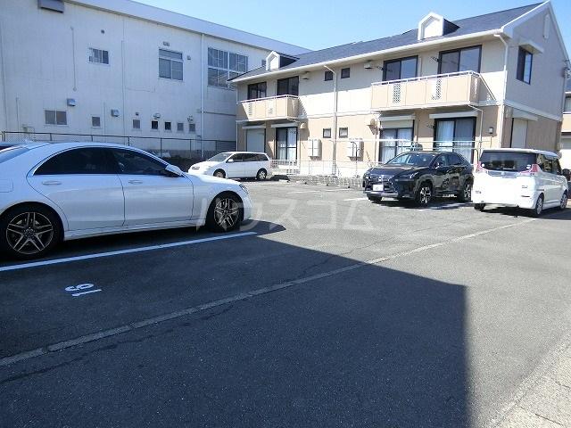 ベルセジュール B-201号室の駐車場