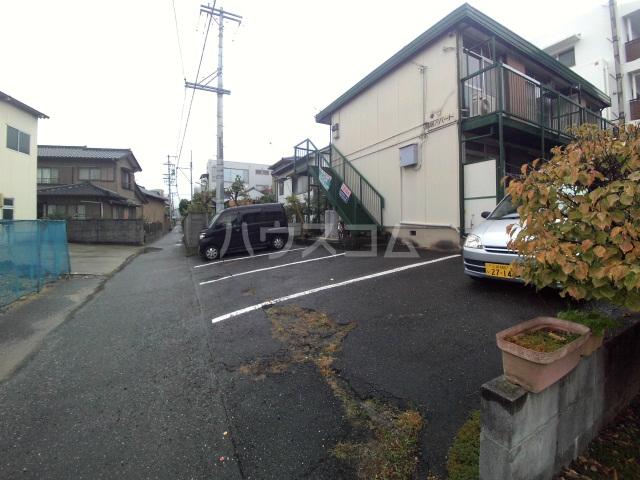 鳥居アパート 201号室の駐車場