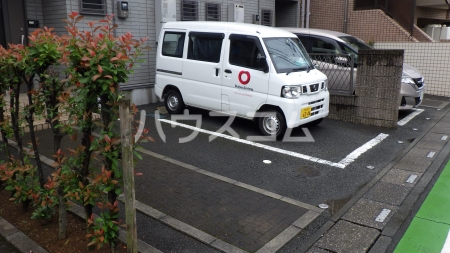 リファインアーツの駐車場