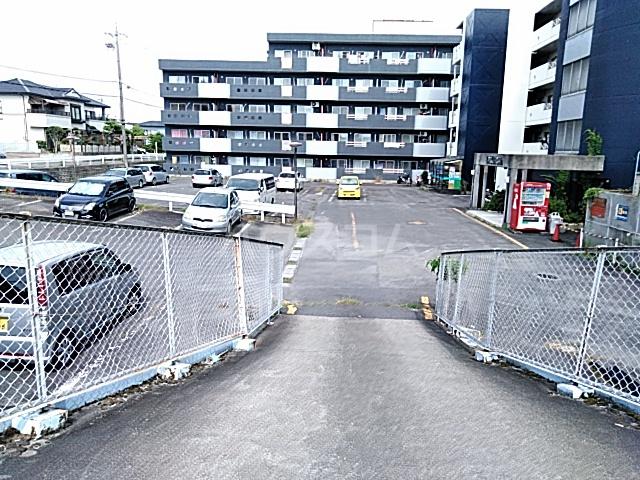 アークファースト 210号室の駐車場