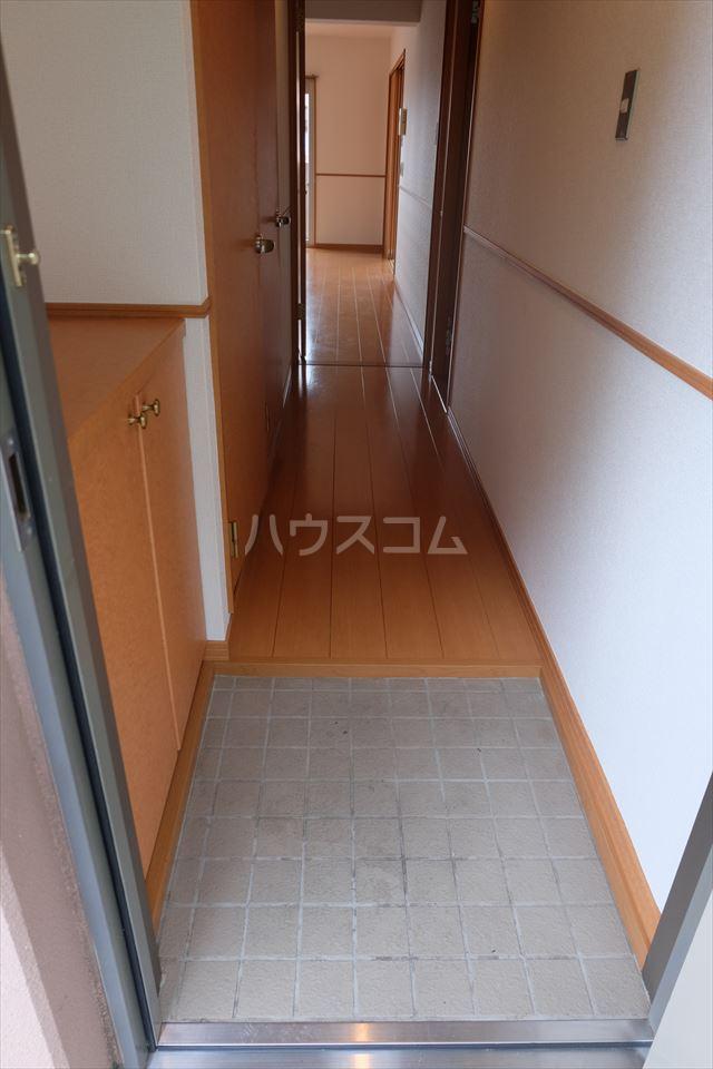 グランヴィータB 201号室の玄関