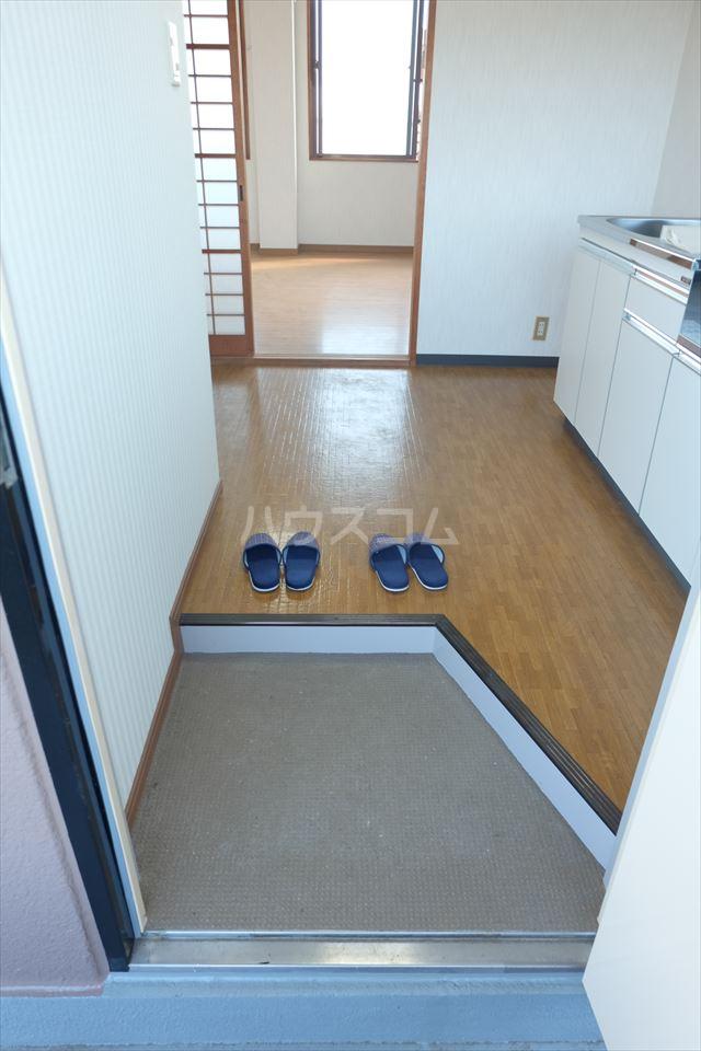 シャトーF 302号室の玄関