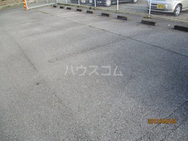 メゾンスリーゼ B 102号室の駐車場