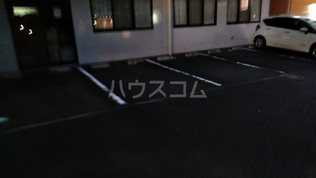 グレイス青葉 301号室の駐車場