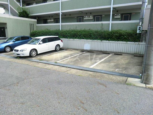 イーストヒルズ 101号室の駐車場