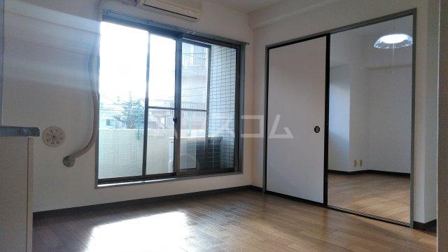 エメラルドマンション 202号室のリビング