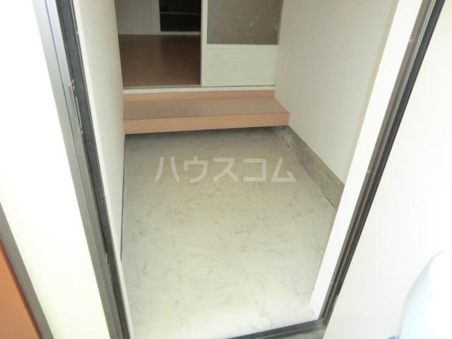レモンイエロー 2-102号室の玄関