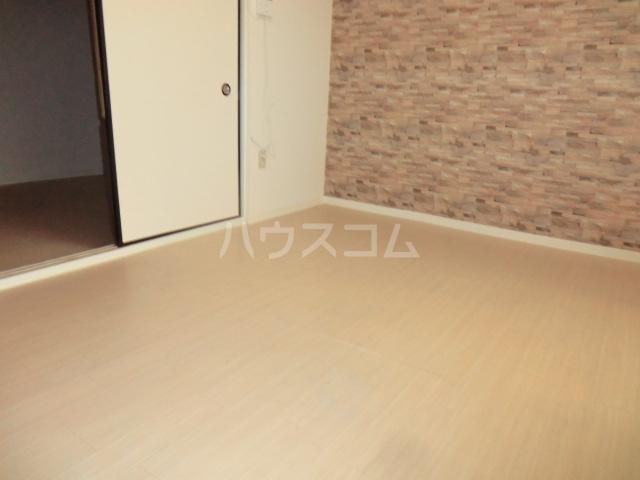 レモンイエロー 2-102号室の居室