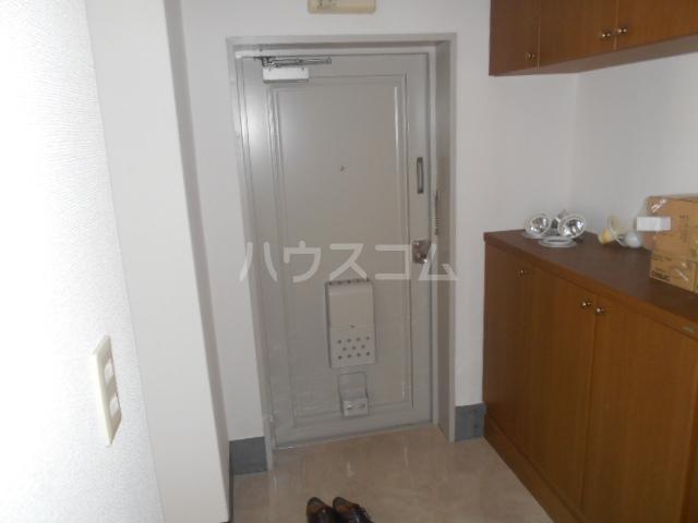 名瀬マンション 203号室の玄関