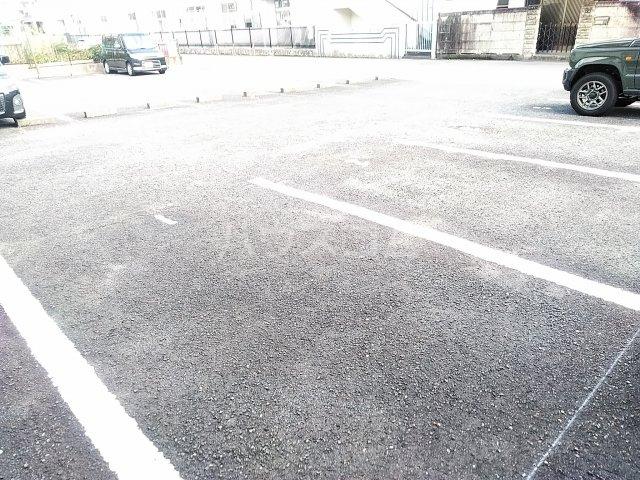 フラッツウサミ 201号室の駐車場