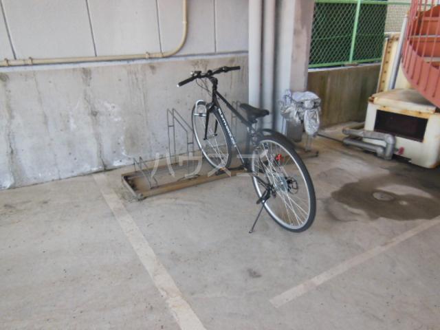 コモックピア 2D号室の駐車場
