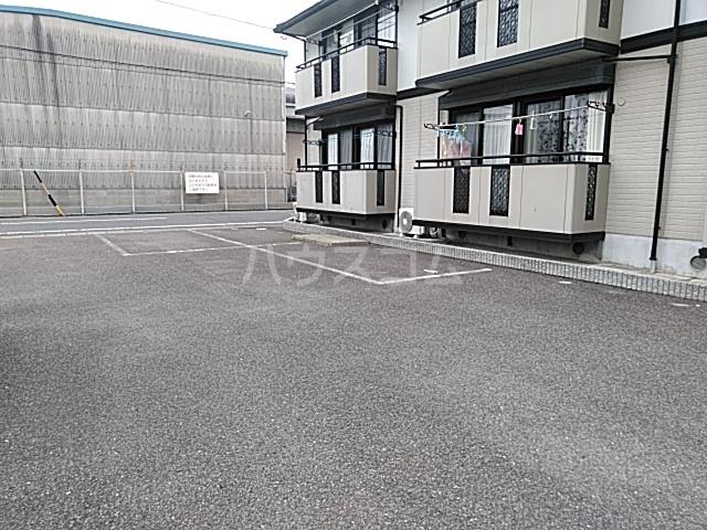 サニーサイドコーポ川西 102号室の駐車場