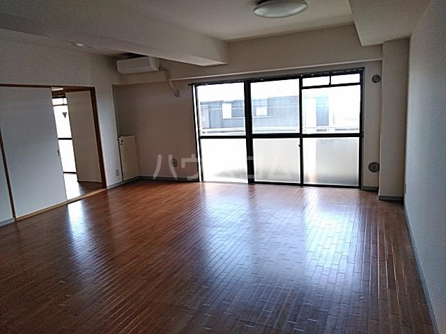 クリスタルマンション 305号室のリビング