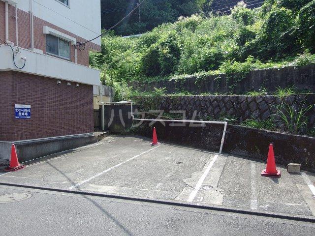 ヴランドール桜ヶ丘 304号室の駐車場