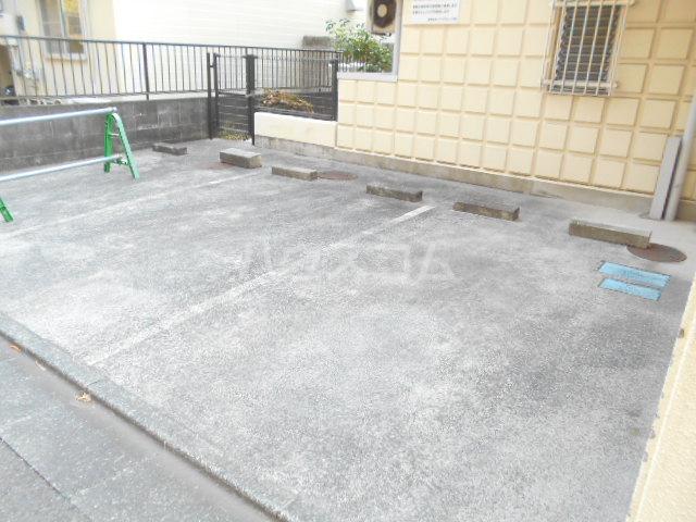 エントピア・タナカ 101号室の駐車場