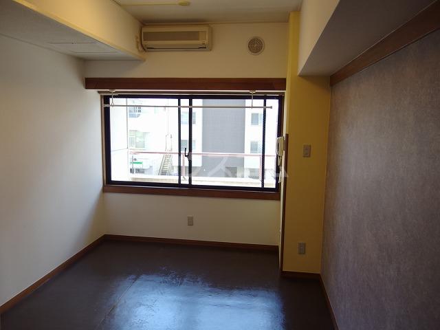 ガーデンヒルズ聖蹟桜ヶ丘 304号室のリビング