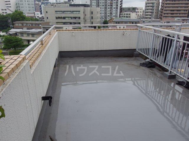 ウィンド聖蹟桜ヶ丘 503号室のバルコニー