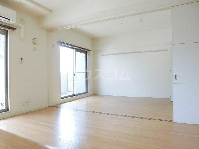 ピオーネ覚王山 203号室のリビング