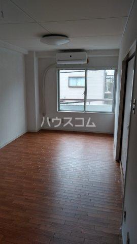 メゾン・ド・ワタナベ 202号室のリビング