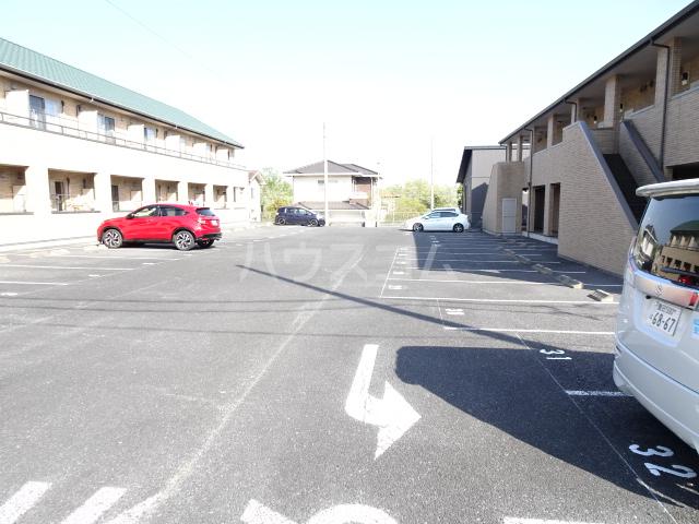 テラ・メゾン B棟 203号室の駐車場