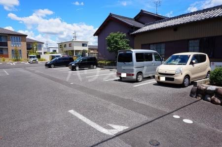 レジデンス大岡 102号室の駐車場