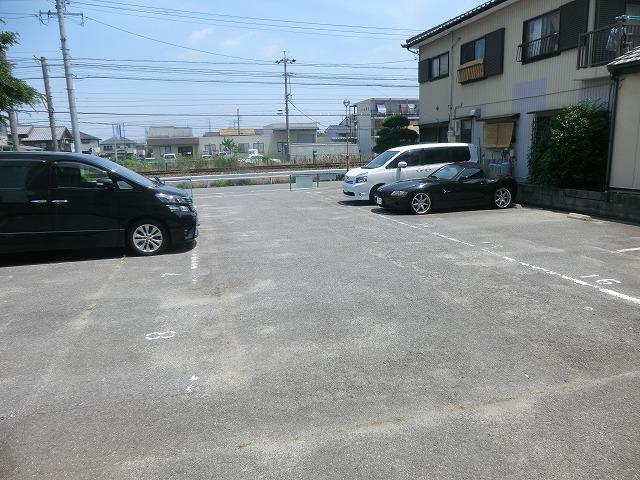 ハピネス緑 102号室の駐車場