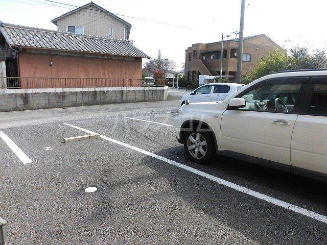 ルミエール植出 202号室の駐車場