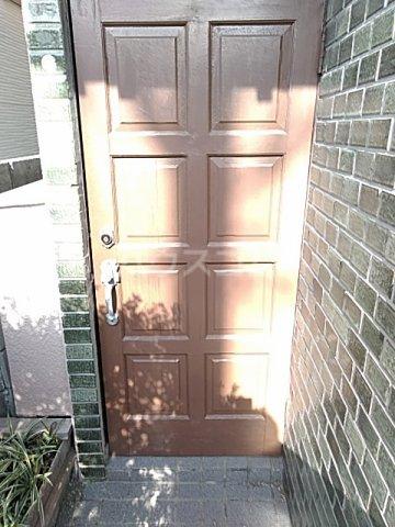 東和貸家の玄関
