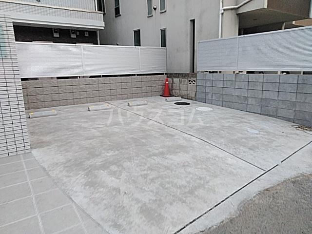 エルスタンザ綾瀬DEUX 203号室の駐車場