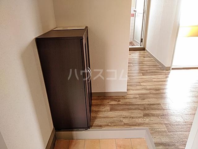 日設マンション 302号室の玄関