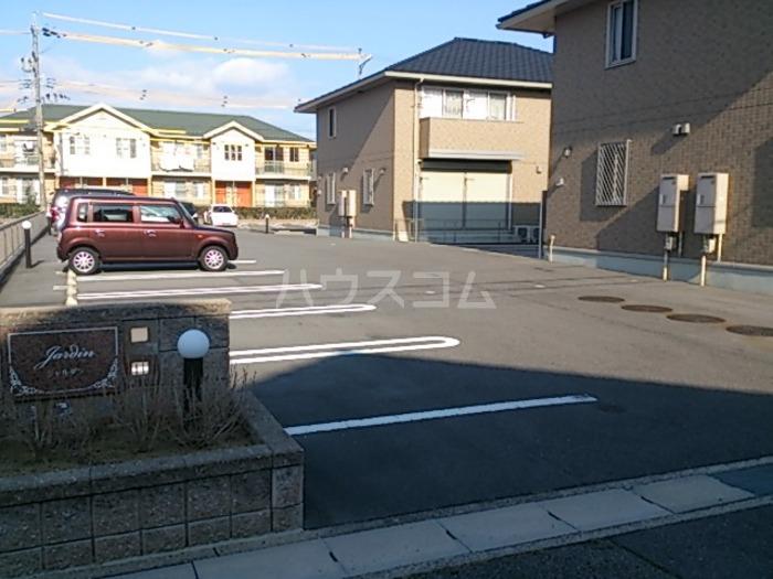 ジャルダン B201号室の駐車場