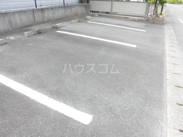 エクレール 101号室の駐車場