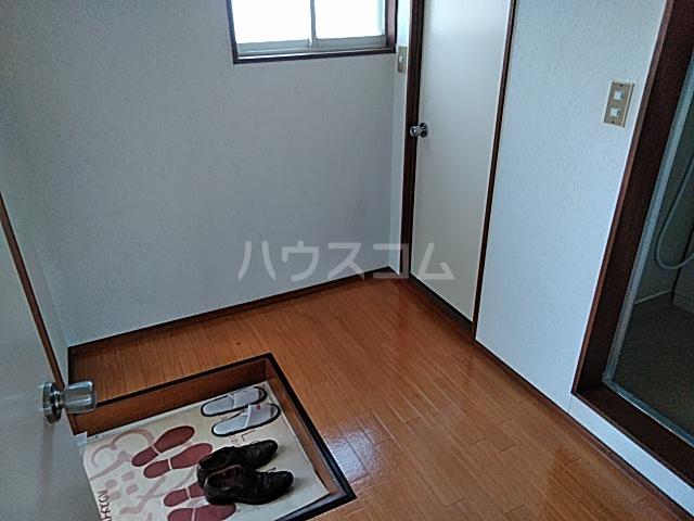 ホワイトタウンユザワ 201号室の玄関