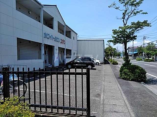 ホワイトタウンユザワ 201号室の駐車場
