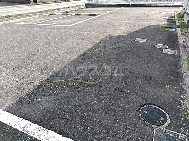 エントピアKT 102号室の駐車場