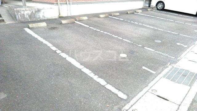 シャルマンドミール駅東 201号室の駐車場