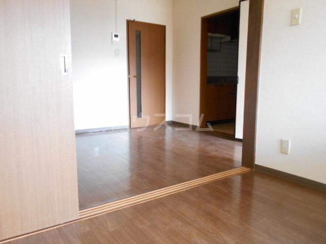 ベ・ハーゲンハイム城東 302号室のリビング